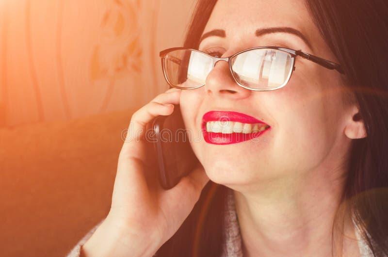 A morena nova fala no fim horizontal da fêmea do telefone acima do retrato imagens de stock