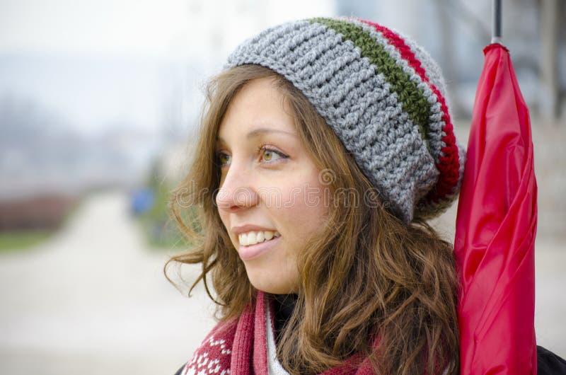 Morena nova que veste um chapéu de lã feito à mão imagens de stock