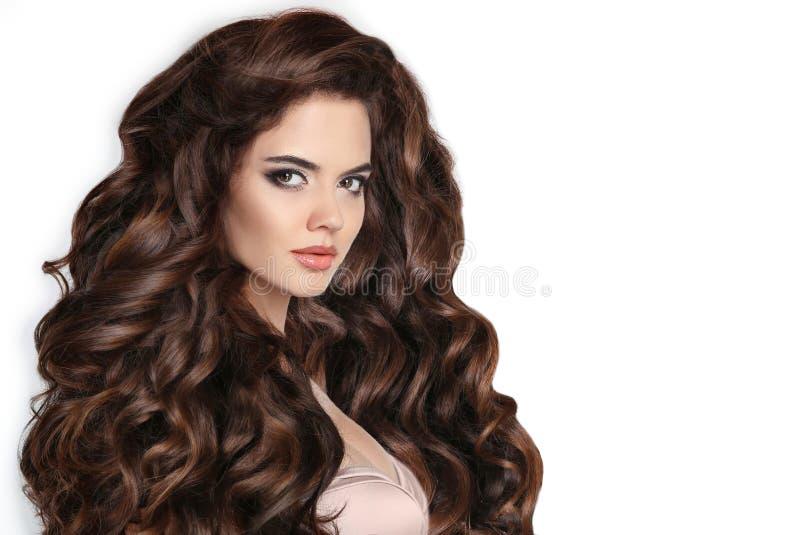 download morena pelo largo peinado rizado mujer hermosa con ondulado foto de archivo imagen - Peinados Ondulados