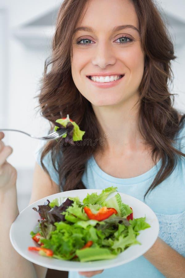 Morena que come a salada foto de stock