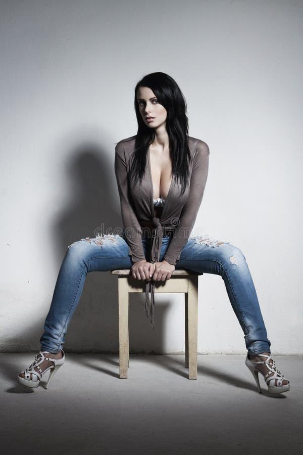 Morena 'sexy' com peitos enormes fotografia de stock royalty free