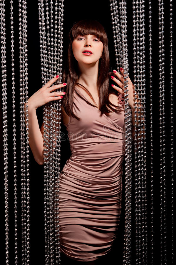 Morena 'sexy' no levantamento do vestido foto de stock