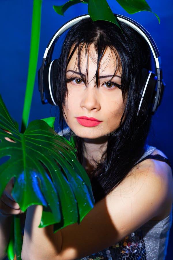 A morena tropical do partido do verde da menina do disco do verão da praia do fones de ouvido do DJ deixa o dia molhado azul do s fotos de stock royalty free