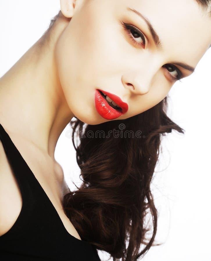 Morenita atractiva hermosa con los labios rojos fotos de archivo