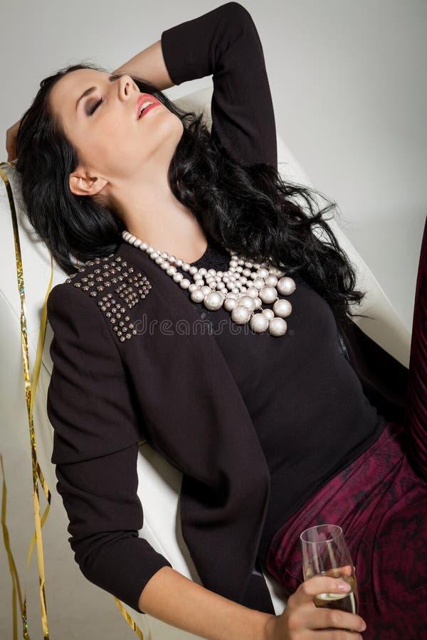 Morenita atractiva que sostiene un vidrio de champán fotos de archivo libres de regalías