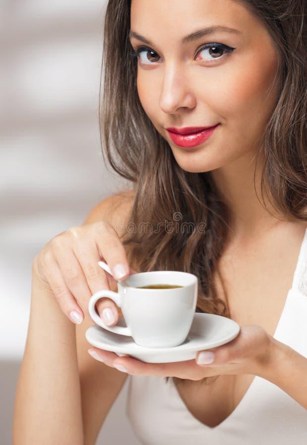 Morenita cariñosa del café imagenes de archivo