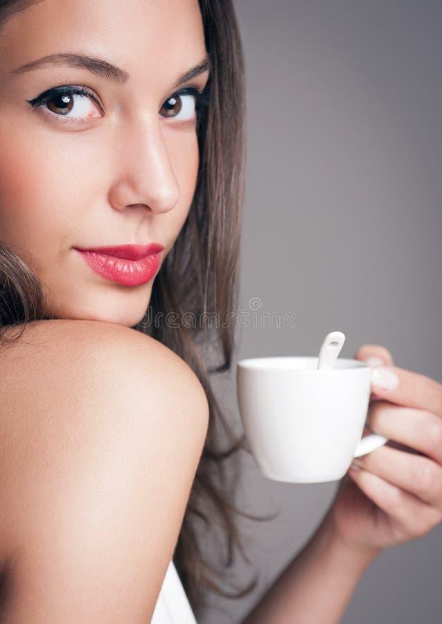 Morenita cariñosa del café foto de archivo libre de regalías