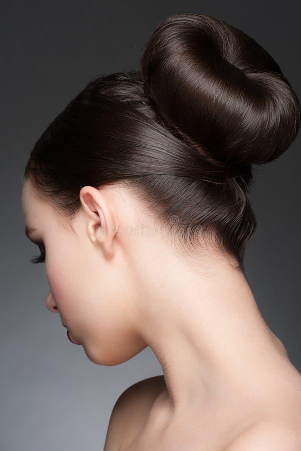 Morenita con el peinado elegante fotografía de archivo libre de regalías