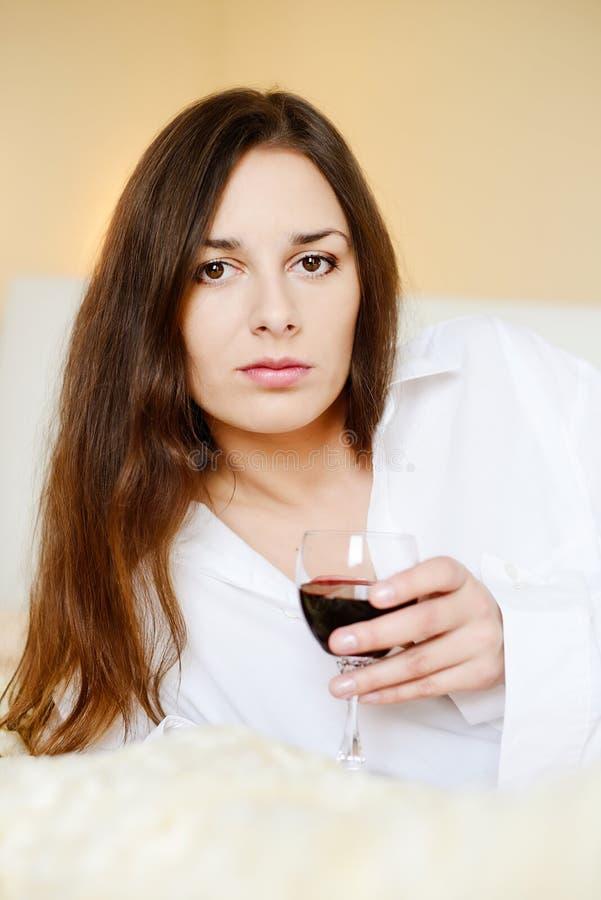 Morenita con el vidrio de vino fotografía de archivo libre de regalías