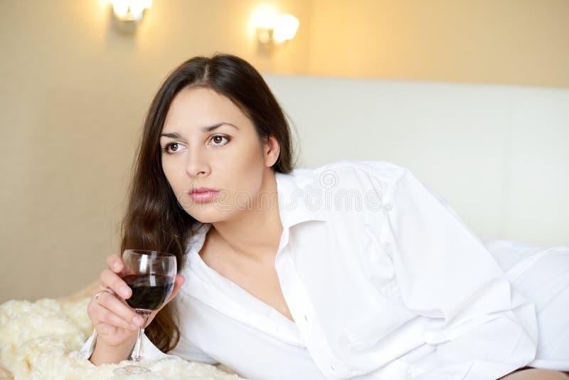Morenita con el vidrio de vino imagenes de archivo