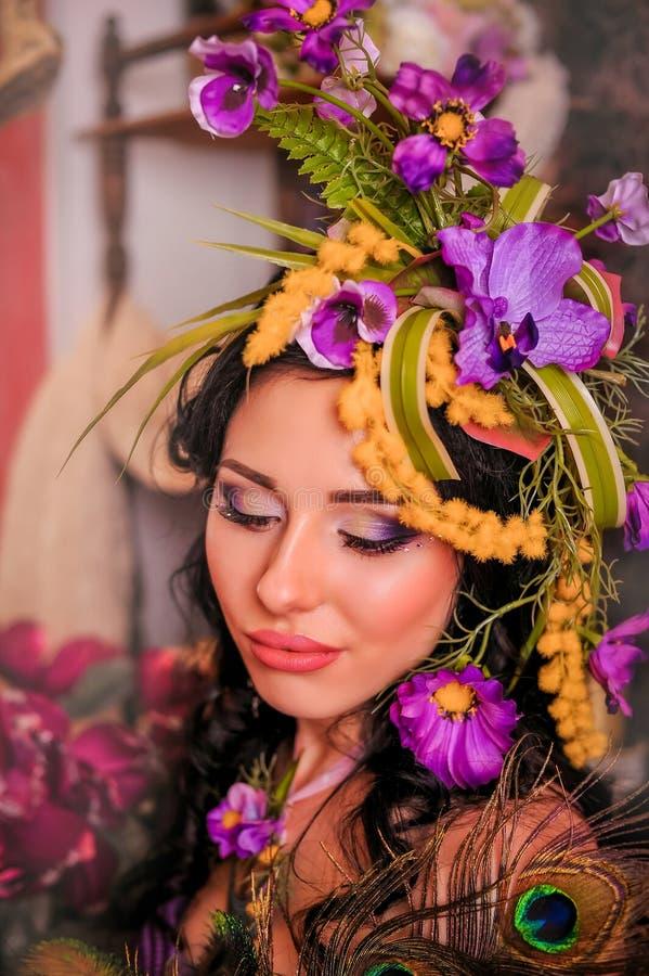 Morenita con maquillaje creativo en tonos púrpuras fotografía de archivo