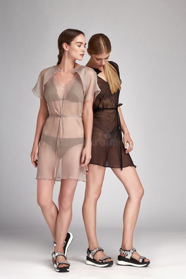 Morenita de dos mujeres de la moda hermosa y rubio atractivos fotos de archivo libres de regalías