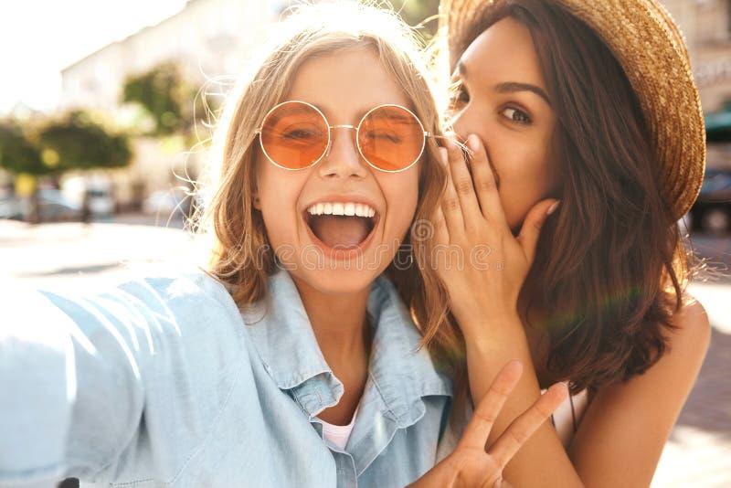 Morenita elegante joven del hippie dos y modelos rubios de las mujeres imagen de archivo libre de regalías