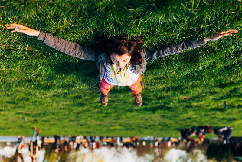 Morenita en la hierba fotos de archivo libres de regalías
