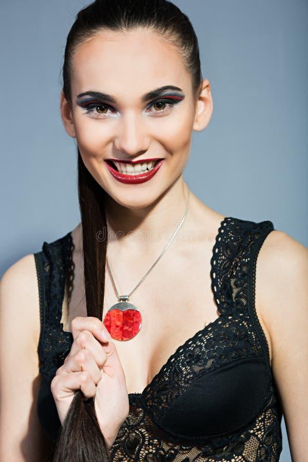 Morenita fina con los labios rojos brillantes imagen de archivo