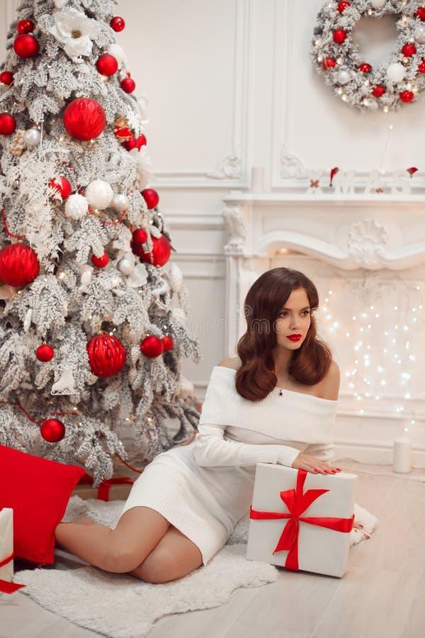 Morenita hermosa en interior de la Navidad Mujer elegante del invierno i foto de archivo libre de regalías