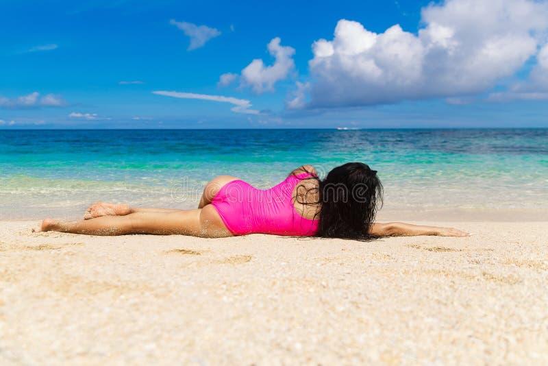 Morenita hermosa en la orilla de una playa tropical Vaca del verano fotos de archivo