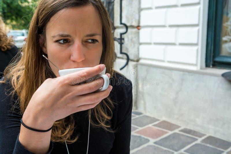 Morenita joven atractiva que goza del café de la mañana foto de archivo libre de regalías