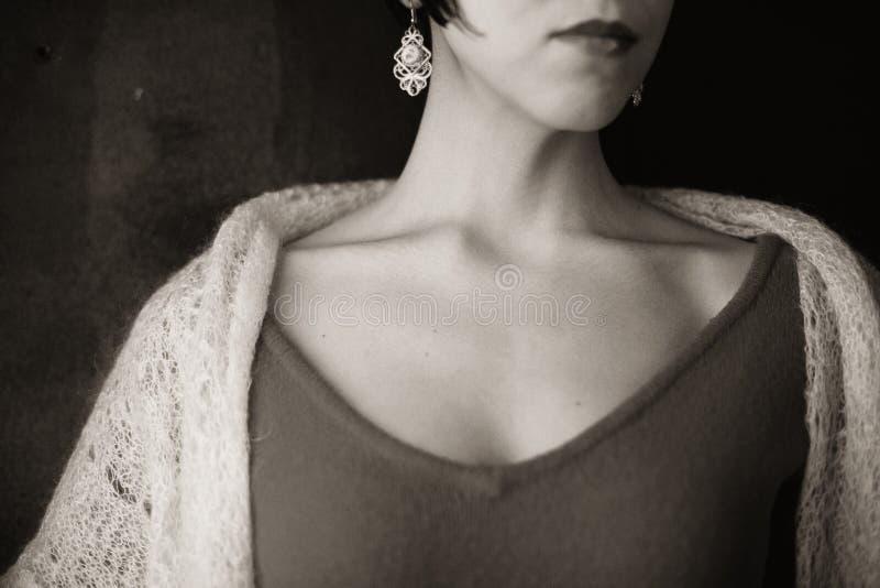 Morenita joven con un corte de pelo corto en un vestido rojo y un mantón suave imagenes de archivo