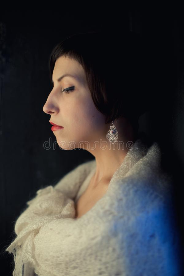 Morenita joven con un corte de pelo corto en un vestido rojo y un mantón suave fotos de archivo libres de regalías