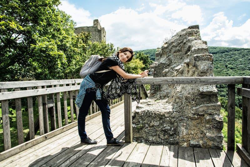 Morenita joven del viajero que presenta en ruinas del castillo de Hainburg foto de archivo