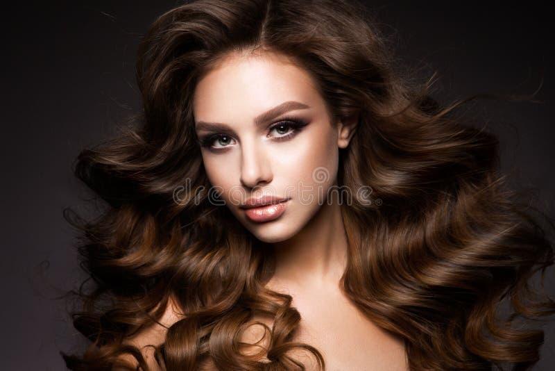 Morenita joven hermosa con maquillaje foto de archivo libre de regalías