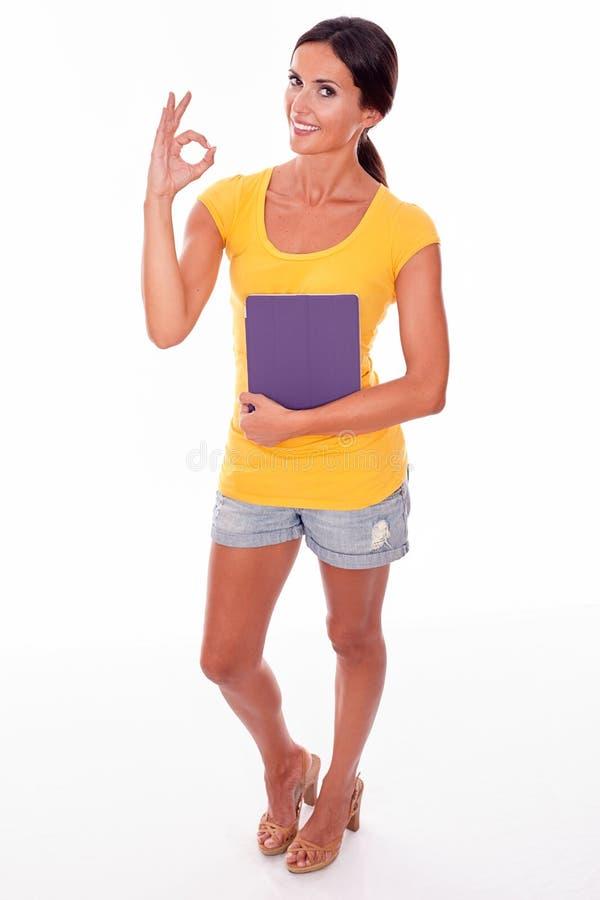 Morenita joven sonriente con una PC de la tableta imagenes de archivo