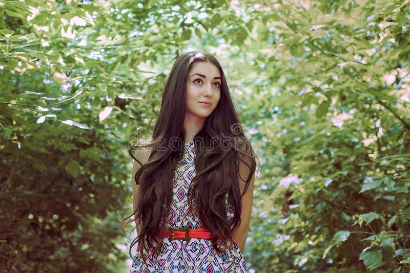 Morenita larga hermosa del pelo en el aire del plein imagen de archivo