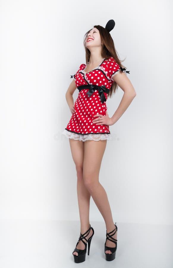 Morenita patilarga hermosa en un vestido rojo con los lunares imagen de archivo