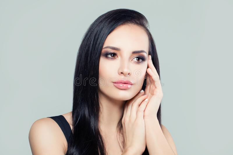 Morenita perfecta de la mujer joven Cara femenina atractiva, retrato fotos de archivo