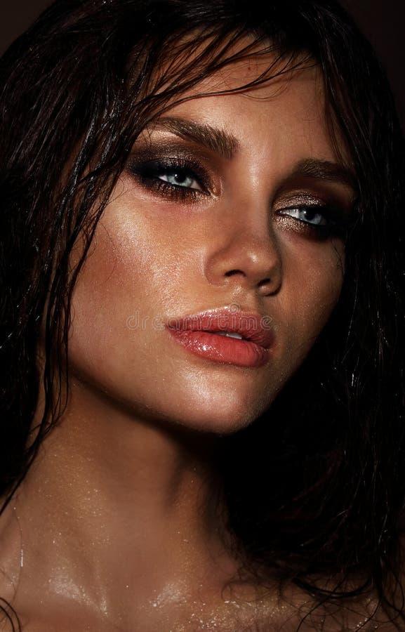 Morenita sensual joven con los pelos mojados fotografía de archivo libre de regalías