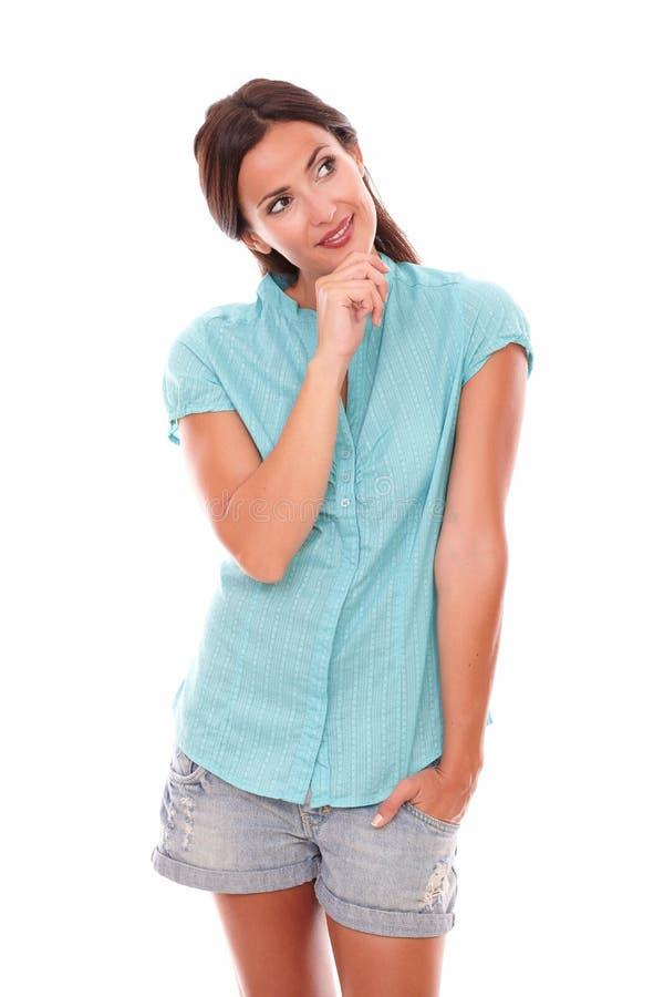 Morenita sonriente con la mano en la barbilla imagenes de archivo
