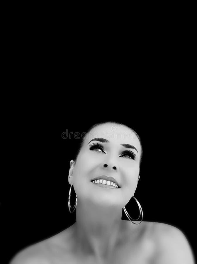 Morenita sonriente en fondo negro imagen de archivo
