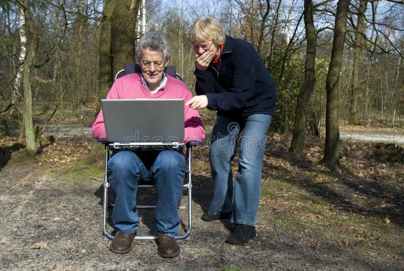 morförälderbärbar dator royaltyfri foto