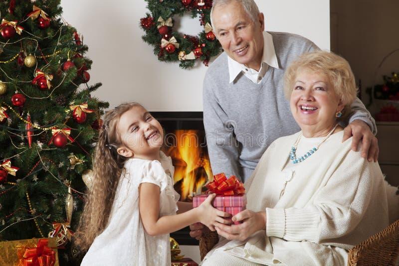 Morföräldrar, barnbarn och gåvor royaltyfria bilder
