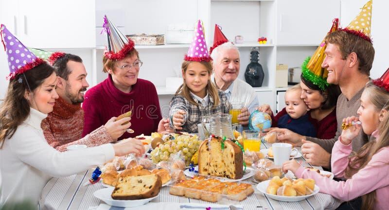 Morföräldrar 60-70 gamla år med barn har bra tid royaltyfri fotografi