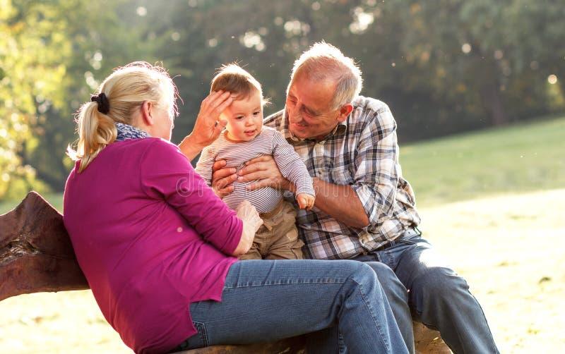 Morföräldrar med att spela för sonson arkivfoto
