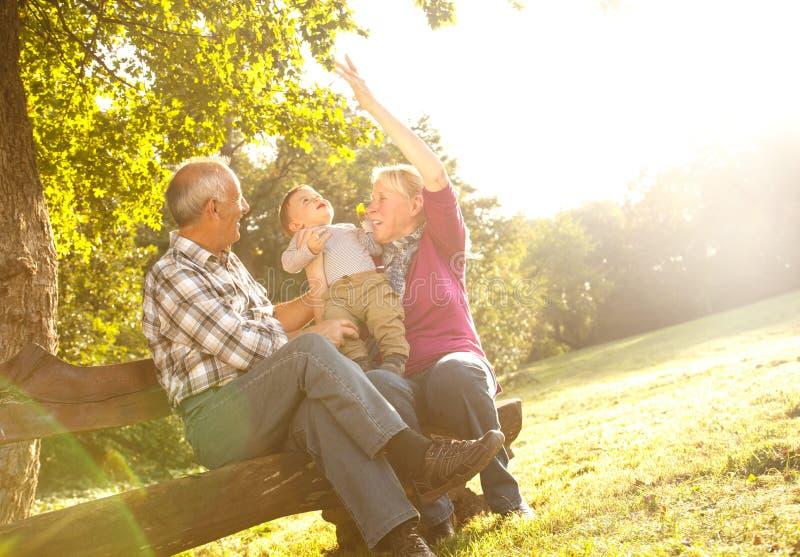Morföräldrar med att spela för sonson arkivfoton