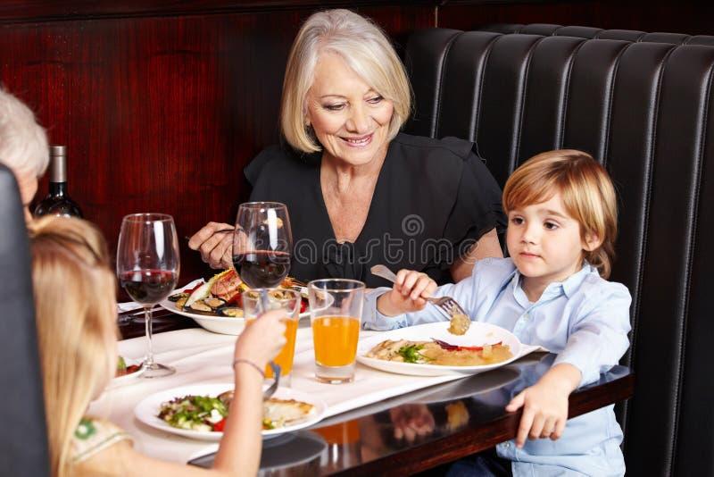Morföräldrar med barnbarn royaltyfri bild