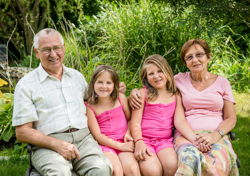 Morföräldrar med barnbarnet arkivbilder