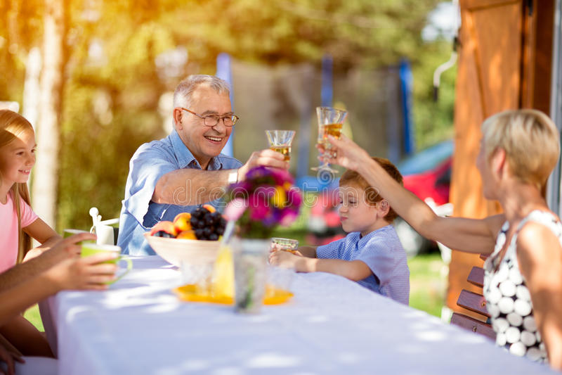 Morföräldrar med barnbarnet på picknicken arkivfoton
