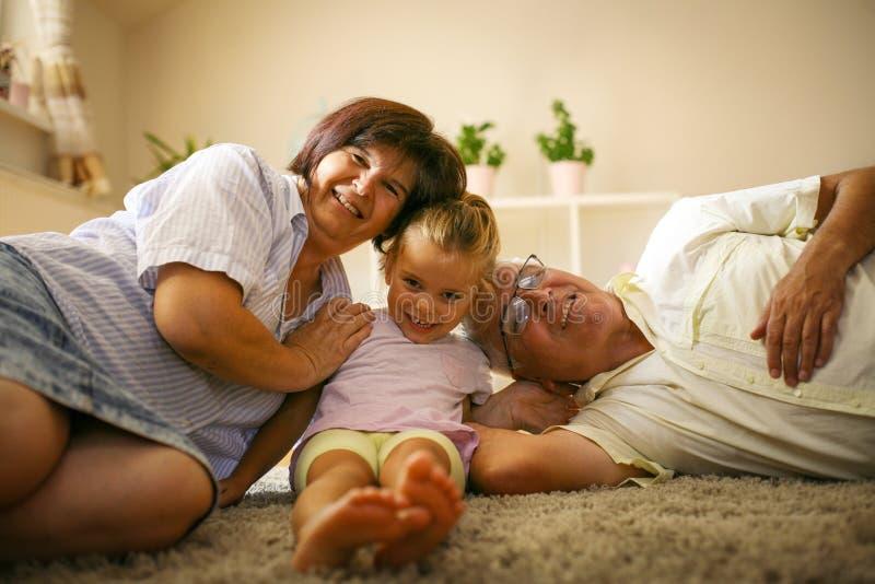 Morföräldrar med den hemmastadda sondottern royaltyfri bild