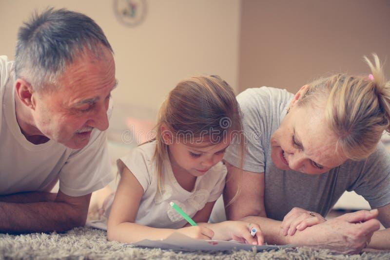 Morföräldrar med sondottern royaltyfri foto