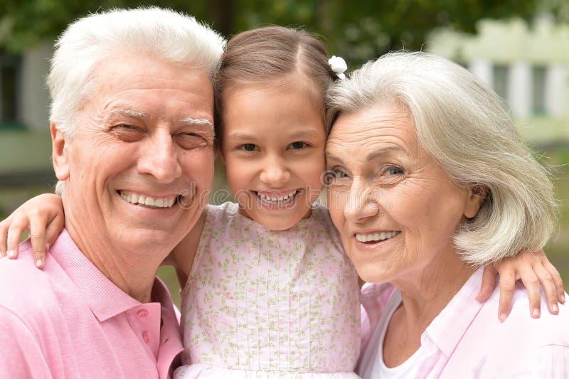 Download Morföräldrar Med Sondottern Parkerar In Fotografering för Bildbyråer - Bild av granny, förälskelse: 78727653