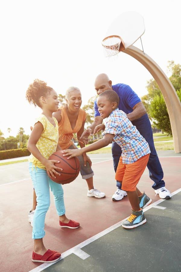 Morföräldrar och barnbarn som spelar basket tillsammans fotografering för bildbyråer