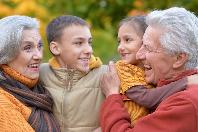 Morföräldrar och barnbarn utomhus royaltyfri bild