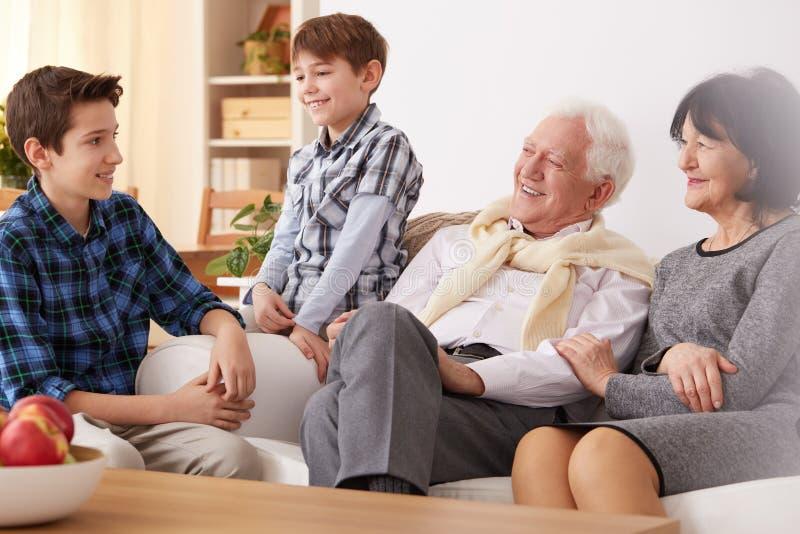 Morföräldrar och sonsöner fotografering för bildbyråer