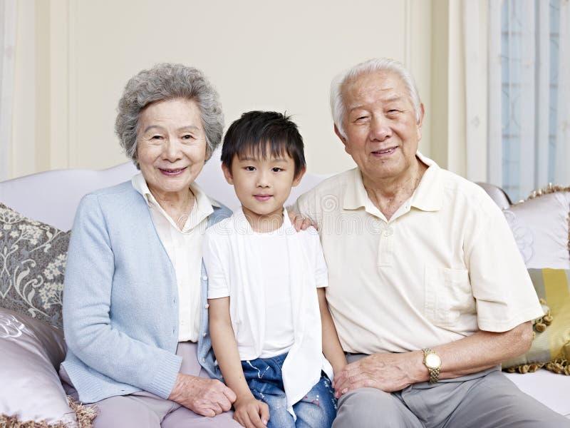 Morföräldrar och sonson royaltyfri foto