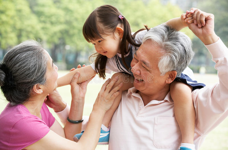 Morföräldrar som ger sondotterritt arkivfoton