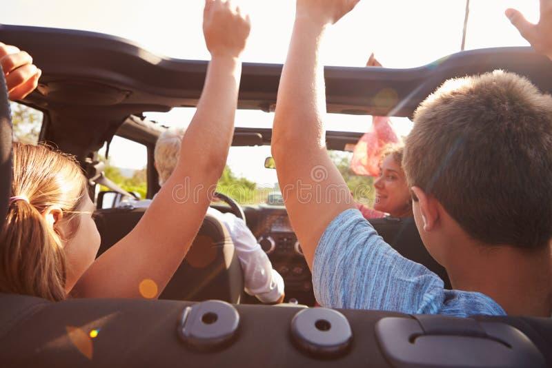 Morföräldrar som tar barnbarn på tur i öppen bästa bil royaltyfria foton